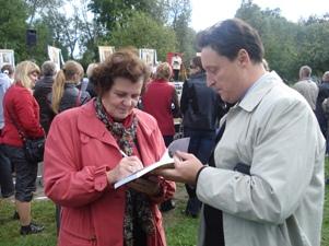 Knygos apie Pavilnį autorės p.T.Klimašauskienės autografas atminčiai
